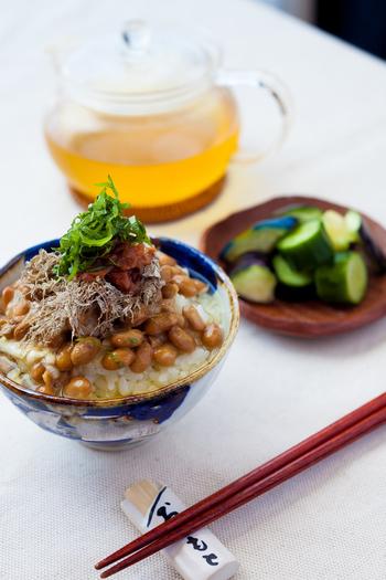 納豆に、とろろ昆布や梅肉、大葉をトッピング。そこに温めただし汁をかけていただく、簡単アレンジレシピ♪納豆に出汁の旨みが加わり、白いごはんが進みます。