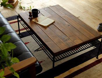 無機質な金属アイテムには、チークやウォールナットなど暗めの木材がぴったり。程よいユーズド感もあり、黒のアイアンとも相性抜群です。ソファには革やデニムを取り入れて、クールな雰囲気を盛り上げていきましょう。