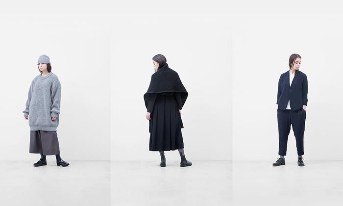 2002年にスタート。美術大学で建築を専攻したデザイナーの作る服は着る人のことを考え、見た目だけではなく、着心地を大切にした独自のパターンで作られています。造形やイメージに頼らずに、思考とプロセスを大切に、客観性と意思を感じられる、着やすい、現代の洋服であることをブランドの在り方としています。