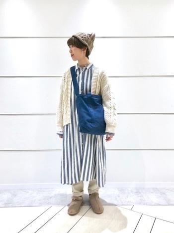 ブルーとベージュカラーでまとめたほっこりと可愛らしいコーディネート。ワンピースの太めのストライプとブルーのバッグが爽やか♪