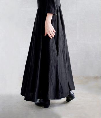 ヴィンテージレトロなシルエットラインで独特の空気感漂います。  susuri(ススリ) ヘンズドレス