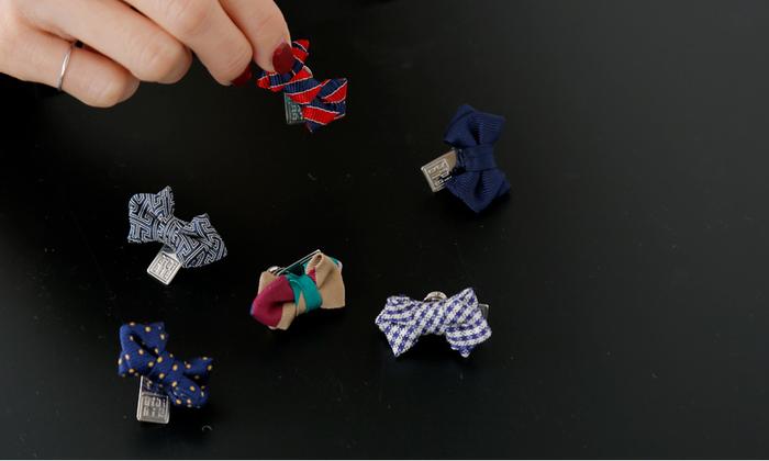 手持ちのお洋服では少し新鮮味が欠ける場合などにぴったりなのが、この小さな小さなブローチ。シルクやコットンなどのネクタイの生地を使用していて、フォーマルでもカジュアルでも小粋なアクセントとしてとても効果的です。