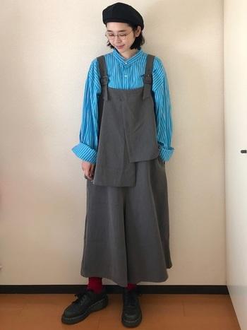 きれいなブルーが目を惹く縞模様のシャツ。袖口が広がっていて、形がちょっぴり個性的。デザインが個性的なジャンパースカートと合わせて。