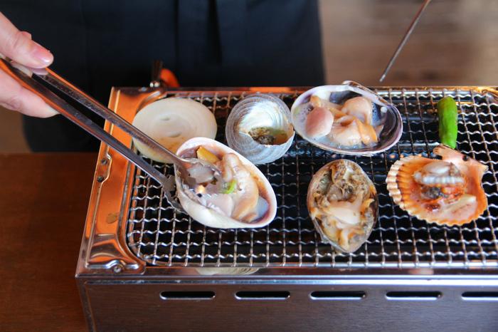 トラフグのほかにも、淡路島の近海で獲れたあわび、さざえ、大あさり、ヒオウギ貝などの新鮮な貝を目の前で丸焼きする「海賊焼き」も人気。栄養豊富な海藻をたくさん食べて育った魚貝は旨みが濃厚で食感はプリプリ。