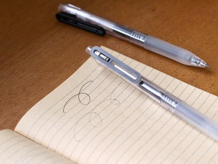 毎日使うペンは、インクがなくなっても捨てずに永く使いたいですよね。無印のペンは、ノック式やキャップ式に互換性を持たせているので、どのリフィルでも詰め替えられます。こちらの「さらさら描けるゲルボールペン」は、その名の通りさらさらの描き心地だそう。少しでもゴミを減らしたい、永く使いたいと思っている人は、無印良品のペンを選んでみてはいかがでしょう。