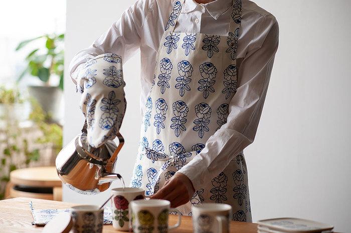 Maija Isola(マイヤ・イソラ)がデザインしたVihkiruusu(ヴィヒキルース)も、マリメッコを代表する人気デザインのひとつです。美しいバラをモチーフにしたVihkiruusuは「ウェディング・ローズ柄」とも呼ばれ、結婚祝いの贈り物としても人気のデザイン。自分用にはもちろんのこと、大切な方へのギフトにもおすすめですよ◎。