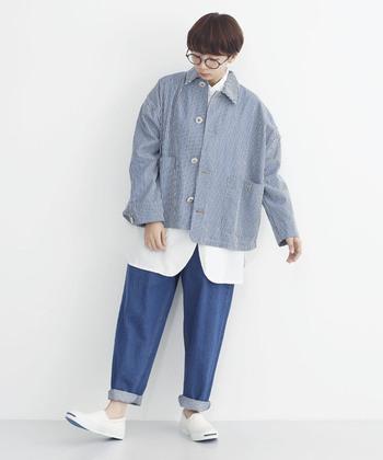 ボーイッシュな着こなしがキュートなコーデ。縞模様のジャケットが主役の着こなしです。ゆったりラインのジャケットに白シャツ、パンツと全体的にラフな印象で、ブルー×白がとても爽やか。