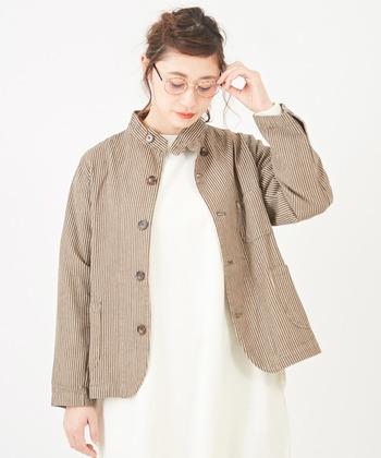 ブラウン×白の縞模様ジャケット。白いワンピースと合わせたシンプルな着こなしも可愛く決まります。ナチュラルな着こなしにぴったり。
