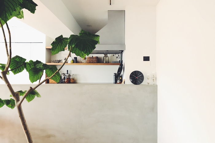 キッチンとリビングダイニングを隔てるカウンターの上に載せ、壁に取り付けるのではなく立て掛けるスタイルは是非参考にしたいテクニック。「モルタルの壁と相性が良さそうだと思った」との言葉通り、ニュアンスのある白い壁に黒い文字盤がとても映えています。  『BANKERS』のウォールクロックは、これまで文字盤が白いタイプのみでしたが、新しく白黒反転させたモデルが登場。ファンには嬉しいことに、お部屋に合わせて選べるようになりました。