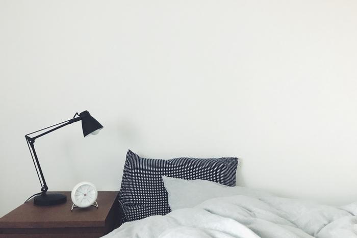 アラーム機能と、暗闇でも時間が確認できるLED灯が搭載されているので、ベッドサイドの目覚まし時計にぴったり。「サイドボードには必要なものだけ置き、すっきりとさせたい」気持ちに、シンプルなデザインがしっくりときているそうです。耳心地の良いアラーム音も、快適な朝に繋がっているかもしれませんね。