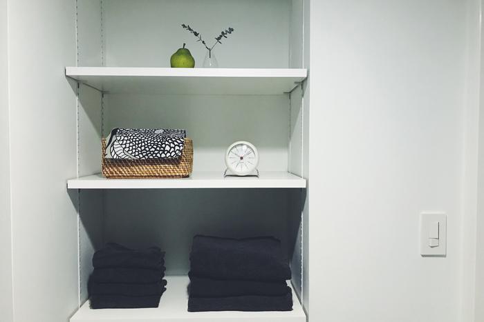 また、洗面所の棚に置くこともおすすめだそう。朝の身支度の際、パッと視覚的に時刻が見やすい文字盤や、清潔感のあるツヤのある白いカラーがおすすめのポイント。確かに、白い空間によく馴染んでいて、とてもクリーンな印象を受けます。