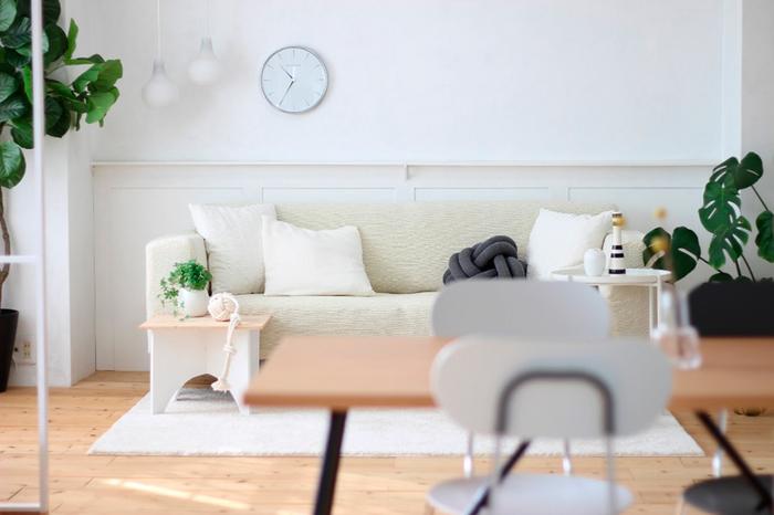 """「洗練されたミニマルなデザイン。そしてこの存在感。この時計があれば他には何もいらない」と、リビングの壁に潔いくらいシンプルに飾られています。直径290mmと210mmの2種類のうち、大きい方を選んだのは""""壁に唯一飾るもの""""、と決めていたからかもしれません。ステンレスの丸いケースが、真っ白な壁をほどよくシャープな表情にしてくれています。"""
