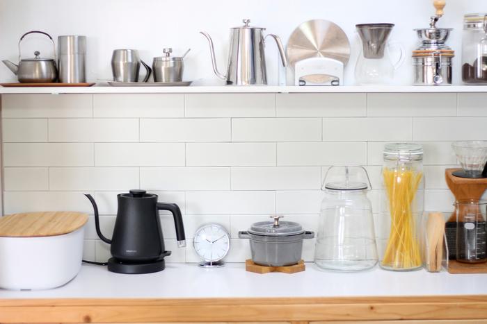ステンレス素材や、洗練されたデザインのキッチンツールが並ぶキッチンの棚にもしっくり馴染んでいます。「邪魔にならないサイズ感も良い」と、どうしても物が多くなる場所でも気軽に置けるところも魅力のようです。