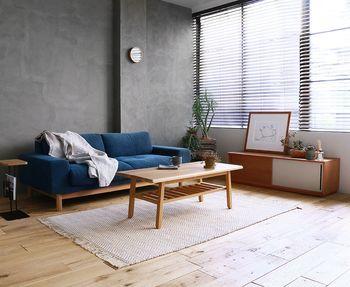 空間をきりりと引き締め、クールな印象をつくるブルー。日本人が好きな色としても挙げられ、ファッションだけでなくインテリアに取り入れる方も増えています。