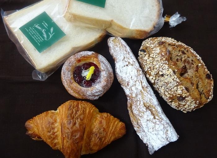 「曜日別ライ麦パン」「クロワッサン」など、自家製酵母を使ったパンは、毎朝10時に登場!
