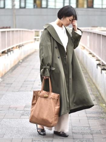 ボリュームのあるトレンチコートは裾に向かって広がるフレア感がとてもお洒落。抜き襟気味に羽織ると、こなれ感もアレンジできますね。