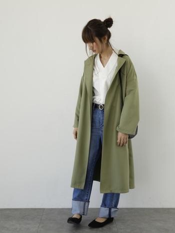 オフショルダー気味に羽織ったトレンチはエアリーな雰囲気を醸し出してくれます。ちらりとのぞくベルトのバックルが女性的です。