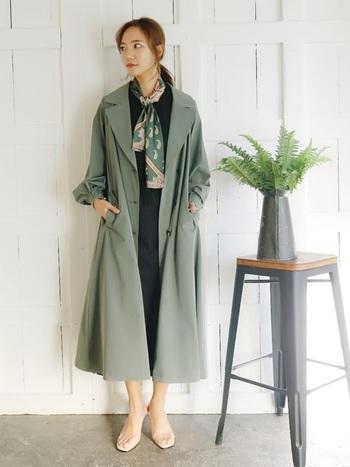 お袖をきゅっと絞ったユニークなデザインのカーキトレンチです。肩から裾にかけて緩やかに広がるラインがしっかりと計算されて、さらりと羽織るだけでも女性らしく見せることができます。