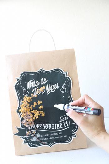 こちらはクラフトバッグをアレンジした、手作りギフトバッグ。このまま飾っても絵になる可愛さです。