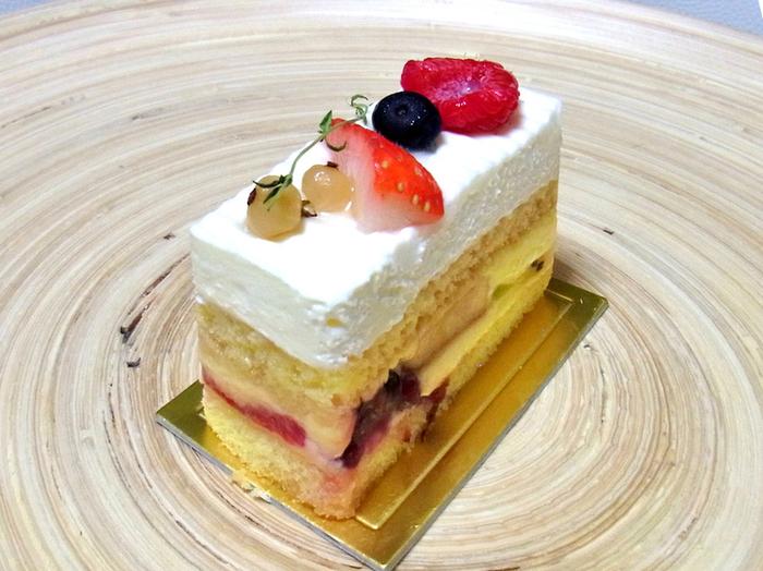 「ビスキュイ オ フリュイ」 定番のショートケーキはとってもシンプルで洗練されています。 スポンジは柔らかく、甘みも抑えめ。上にのるスイーツは、季節に合わせて変わるそうです。