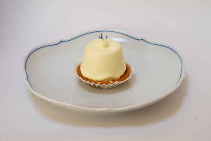 「フロマージュクリュ」 チーズケーキには珍しく、もっちりとした食感のあるスイーツ。まあるいカタチも可愛らしいですね。ほんのりと白ワインの香りが漂うのだそうです。