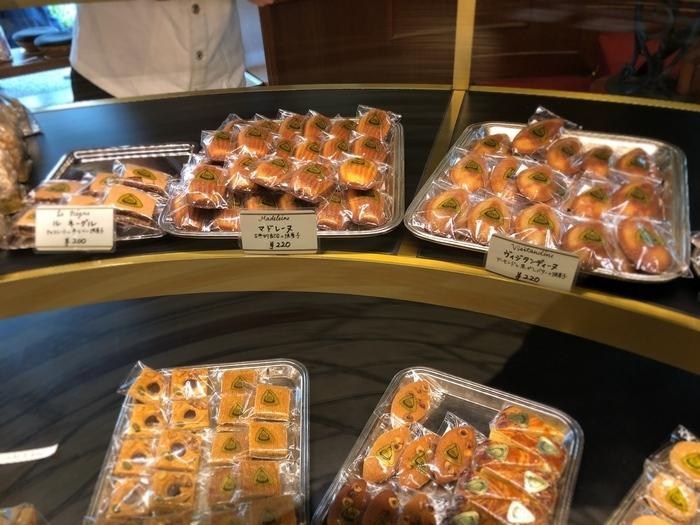 オーボンヴュータンは焼き菓子でも有名なお店です。クッキーやマドレーヌ、チュイールなどのお菓子がいっぱい。菓子折りとしてもぴったりなので、手土産を買い求めがてら、ケーキをイートインしてみては?