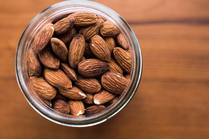 """アーモンドには、ビタミンE、B1、B2を始め、鉄やカルシウムを含むミネラル、食物繊維など、とにかく栄養素が豊富。特に、女性にとって嬉しい効果が期待できるビタミンEは、""""丸ごと食べる""""ことのできる食品の中で一番の含有量なのだとか。"""