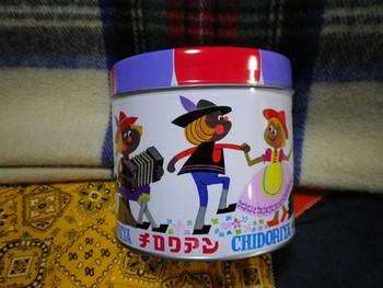 レトロな絵柄がかわいい缶も人気です。