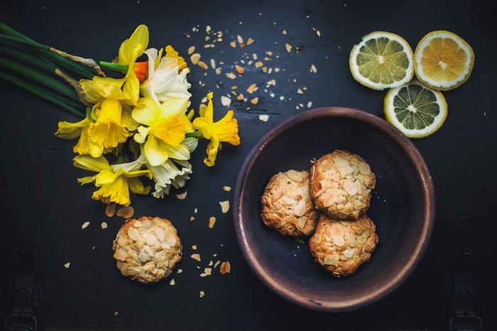 ローマ時代には地中海沿岸に伝わったとされているアーモンドは、お料理はもちろん、お菓子の材料としてヨーロッパに広まりました。現在では、カリフォルニアが世界最大の産地となっています。日本に本格的に輸入される様になったのは、1950年代ころ。歴史は浅いですが、お菓子をはじめいろいろな方法で楽しまれていますね。