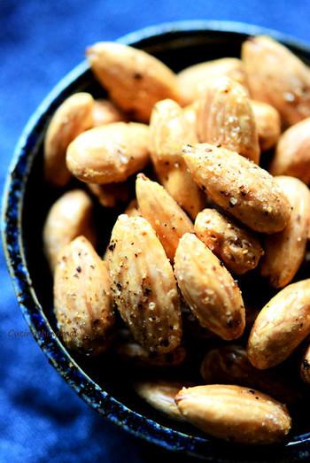 さまざまなスパイスや味付けのアーモンド菓子が販売されていますが、おうちで塩・胡椒などをからめて作るのも美味しいですよ!いろいろなスパイスで作ってみたいですね。