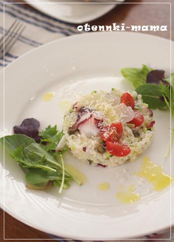 ハトムギとタコの食感が楽しいサラダ感覚のリゾット。チーズのコクが感じられる、おしゃれな洋風のひと皿です。