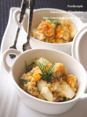 すりおろし生姜と生クリームのソースと和える簡単サラダ。定番の卵サラダも、キヌアを加えたり味付けを工夫するだけで、新鮮な味わいに生まれ変わります。フレッシュハーブをトッピングすれば、爽やかなおもてなしの1品に。