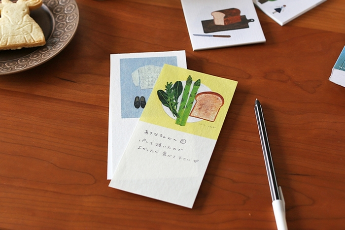 口に出すと、ちょっと照れくさいことも、文字にすれば伝えられるはず。かわいい付箋やおしゃれな一筆箋に気持ちをしたためて、贈り物に添えてはいかがでしょう。