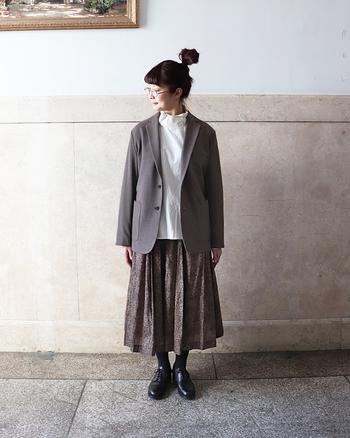 ブラウンの2ボタンジャケットは、白ブラウスと柄スカートに合わせて、レトロテイストなコーディネートに。大人っぽさのある色味のジャケットは、ガーリーにもクールにも着こなせますね♪