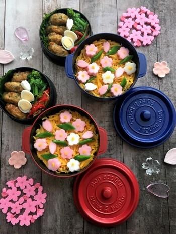 桜の季節には、ピンクのはんぺんが大活躍です。お花見に行く前に家で味わうお吸い物の中に、お花見のお弁当に、といろいろなレシピに使うことができますよ。  はんぺんは柔らかく、魚のすり身を使っているので子どもやお年を召した方にもおすすめしたい食材です。