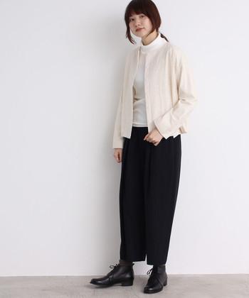 繊細な刺繍を施した、ベージュ系のノーカラージャケット。白のタートルネックと黒のタイトスカートを合わせたシンプルなモノトーンコーデを、柔らかな印象に仕上げてくれます。