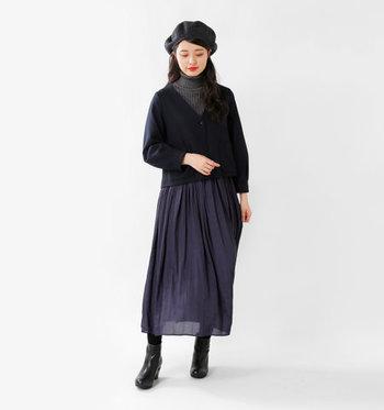 タートルネックとロングスカートに、黒のノーカラージャケットを合わせたスタイリング。フォーマルにもオフスタイルにも対応できる黒ジャケットは、一枚持っていると便利に着回しができますね。