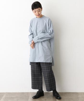 ロングシャツ×チェック柄パンツの組合せが大人可愛い雰囲気です。裾が短いクロップドパンツは、シューズやソックスで様々な雰囲気を演出できるのも大きな魅力。こちらのようにメンズライクなドレスシューズを合わせると、きちんと感のある大人っぽいスタイリングが楽しめますよ。