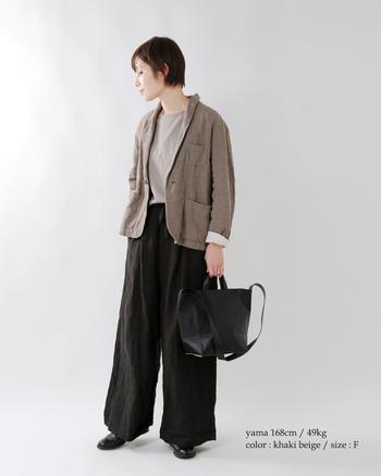 柔らかな風合いが印象的なリネンのジャケットは、プライベートのラフスタイルにもぴったり。黒のワイドパンツとベージュ系のトップスに羽織って、大人のナチュラルコーデの完成です。