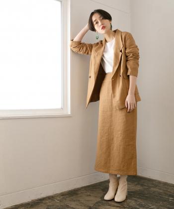 ブラウンカラーのジャケットを、同素材のタイトスカートと合わせたセットアップコーデに。ブラウスを合わせれば上品に着こなせますが、オフスタイルならシンプルTシャツでラフに着こなすのが◎