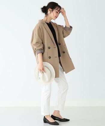オーバーサイズのモカカラージャケットに、白パンツを合わせたフェミニンさ抜群のコーディネート。ハットや大ぶりピアスで、トレンド感をプラスしているのもポイントです。