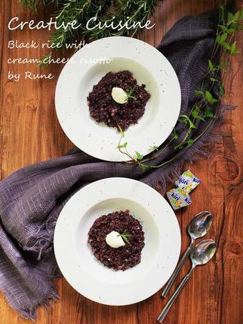 クリームチーズのコクが感じられる黒米のリゾット。真っ白なお皿に盛り付ければ、紫色が映えますね。