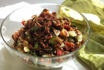 ナスやズッキーニ、ドライトマトを使って作る赤米のイタリア風サラダ。これだけで満足感があるので、ヘルシーなお弁当ランチにもおすすめです。