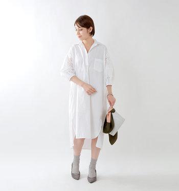 レースのパフスリーブが、ガーリーな印象を与える白のシャツワンピース。ボトムスをレイヤードしても素敵ですが、あえて靴下やタイツと合わせて一枚で着こなすのもおしゃれですよね。シンプルなワンピースなので、バッグやシューズなどの小物でワンアクセントをプラスするのがおすすめです。