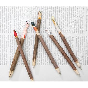 オフィスで必需品のペンは、ちょっと変わったユーモア溢れるものをプレゼントしてみてはいかがでしょう。 チーム全員でお揃いのペンを持てば、団結力も強まるはず。かわいい個性豊かなペンを探してみてくださいね。