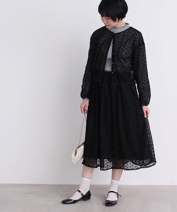 チュールレースの黒スカートは、レースのカーディガンと合わせてクラシカルな着こなしに。白ソックスを合わせるとおしゃれな印象ですが、タイツやストッキングを合わせればきちんと感のあるコーディネートになりますね。