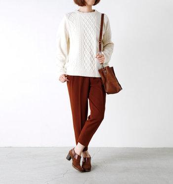 レンガカラーのテーパートパンツに、白ニットを合わせたベーシックなスタイリング。シューズやバッグは茶色で合わせて、まとまり感のあるシンプルスタイルの完成です。