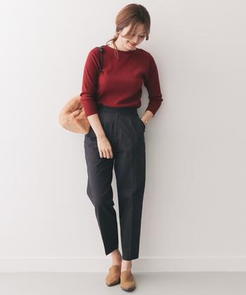 ボルドーのリブニットに、ネイビーのテーパードパンツを合わせたコーディネートです。シューズとバッグはベージュで合わせて、ベーシックな着こなしを美脚パンツで女性らしく仕上げました。