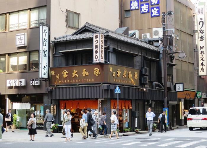 """活況を呈した江戸期同様に、現代にあっても、当地区には大小様々の老舗商店が軒を連ね、""""商い""""を軸として、近代と現代、また街全体が有機的に繋がっています。"""