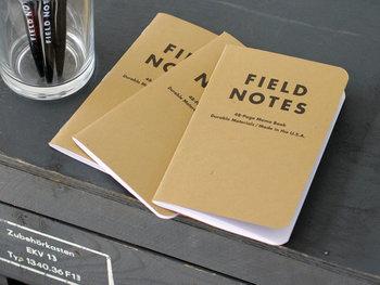 ポケットサイズで持ち歩きやすく、罫線が入って書きやすい「FIELD NOTES(フィールドノート)」のメモ帳は、3つセットなので使い分けできるのも◎